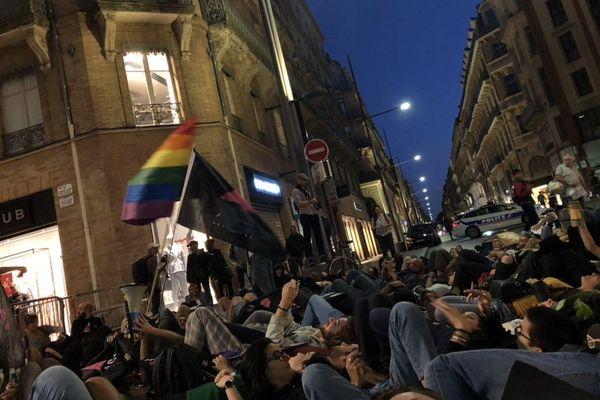 Les manifestants ont fait un die-in sur la chaussée