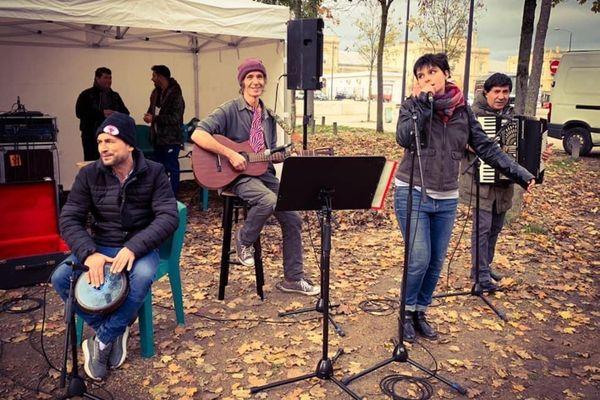 Le groupe Les Vagabonds, avec Léa, Philippe, Agim et Fatjon, joue uniquement au profit des réfugiés.