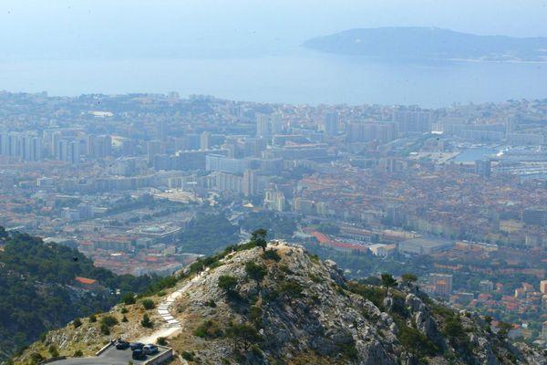 À Toulon, la pollution aérienne coûte chaque année 979 euros par habitant.