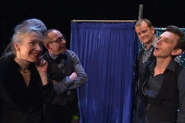 Anne Dussutour, Fabrice Bisson, Philippe Jouan et Manu Constant... les quatre comédiens de la Cie Joe Sature et ses joyeux osselets.
