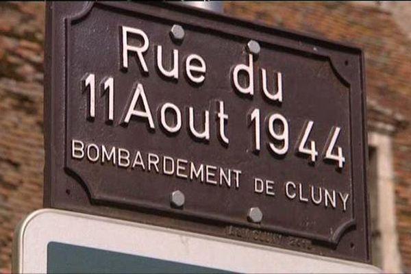La plaque de la Rue du 11 août 1944-Bombardement de Cluny rappelle aux passants cette tragique page d'histoire de la Seconde Guerre mondiale