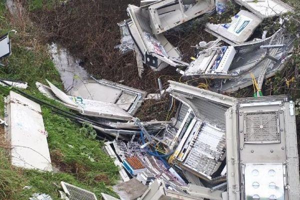 Vendredi 21 décemnbre au soir, les dégâts étaient spectaculaires après l'accident d'un véhicule qui a pulvérisé le point de raccordement télécom de Saint-Viaud.