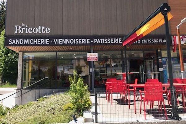 La terrasse de cette boulangerie-pâtisserie de Jougne est condamnée jusqu'à nouvel ordre.