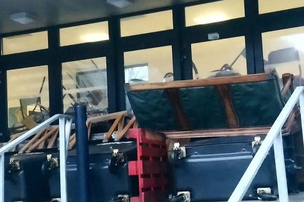 L'accès de la faculté Bordeaux Montaigne bloquée par des valises et des tables mardi matin.
