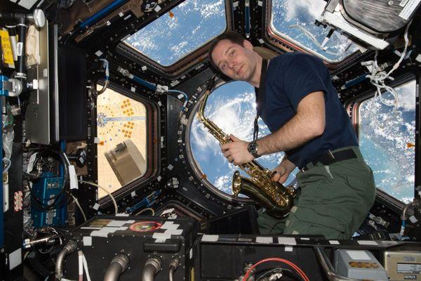 Thomas Pesquet joue du saxophone