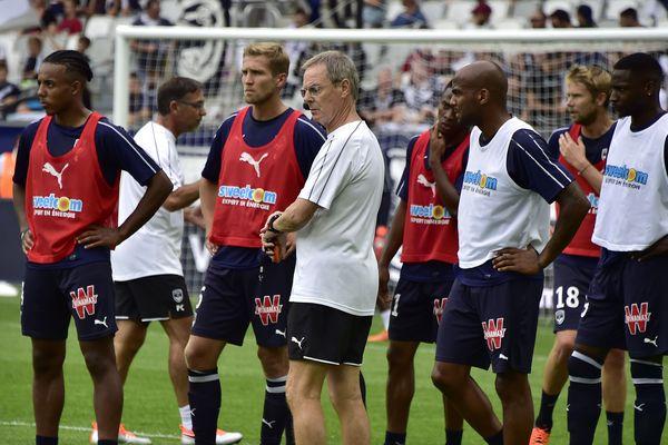 Le manager remplaçant Eric Bedouet avec ses joueurs sur la pelouse du Matmut Atlantiques de Bordeaux le dimanche 16 septembre, face au Nîmes Olympique