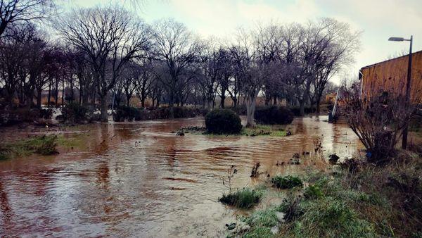 le fleuve est sorti de son lit, l'ancienne école de Trèbes a les pieds dans l'eau