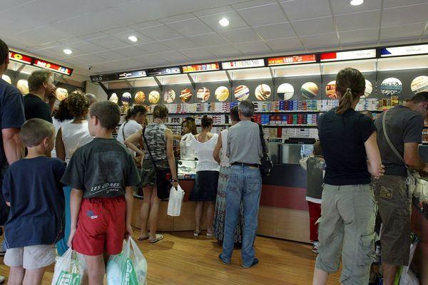 Les achats transfrontaliers légaux représenteraient 10% des ventes de cigarettes aux Français. Illustration Au Perthus au retour des vacances.