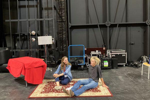 Charline Vanhoenacker et Juliette Arnaud à l'opéra de Nancy, juste avant l'enregistrement de l'émission Par Jupiter dans le cadre du Livre sur la Place
