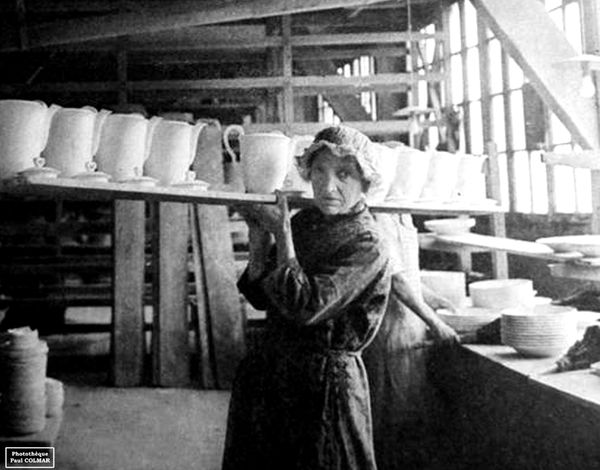 Ouvrière portant une planche de porcelaine à Limoges