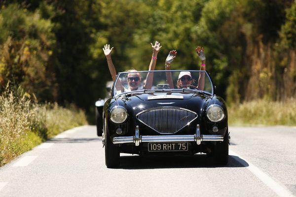 Pour la 19ème édition, les participantes doivent rallier Paris et Biarritz en cinq étapes au volant de vieilles voitures de collection.