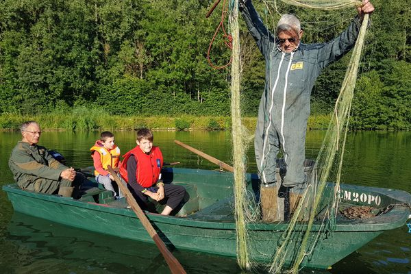 Jacky et son frère transmettent à ses petits-enfants la passion de la pêche aux filets