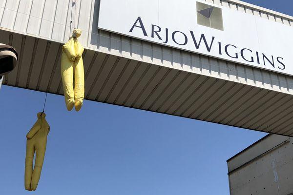 Deux silhouettes pendent au dessus de la route bordant l'usine Arjowiggins.