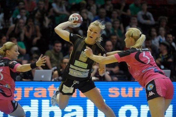 La joueuse Norvégienne Oftedal du club Issy-Paris en pleine action, lors du match de Coupe de France qui les opposait samedi 24 mai au Fleury Loiret Handball.