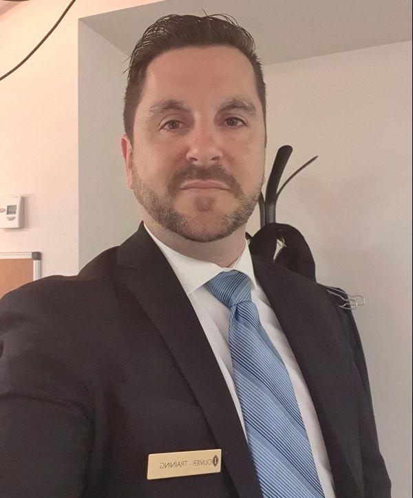 Olivier Rippoll, sous-officier de réserve sur certaines photos ou professionnel de l'hôtellerie sur d'autres.