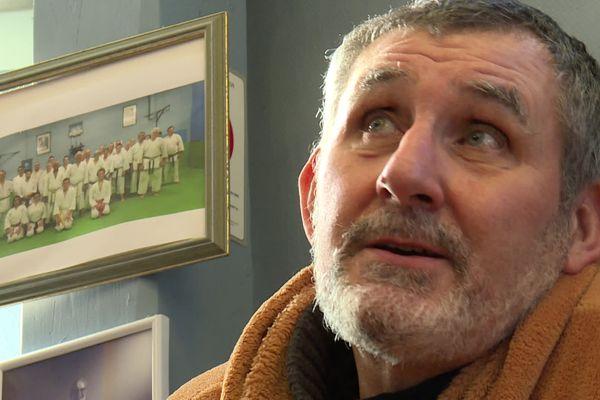 Jean-Michel Rey, professeur d'arts martiaux, est en grève de la faim depuis 15 jours et a déjà perdu 12 kilos. Il veut ainsi alerter sur la situation financière très compromise de son dojo.
