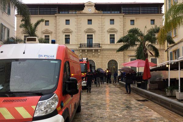 20/11/2018 - Des pompiers du Service d'incendie et de secours de la Corse du Sud sont venus marquer leur soutien à leurs camarades victimes des violences du 24 décembre 2015 à Ajaccio.