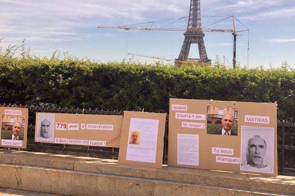 Panneaux explicatifs en soutien à Mathias Echène, sur le parvis des Droits de l'Homme, place du Trocadéro à paris, tout près de la Tour Eiffel.