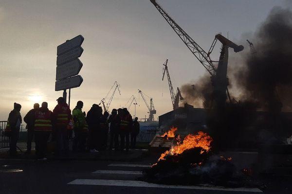 Des feux allumés à l'une des entrées du port de Brest