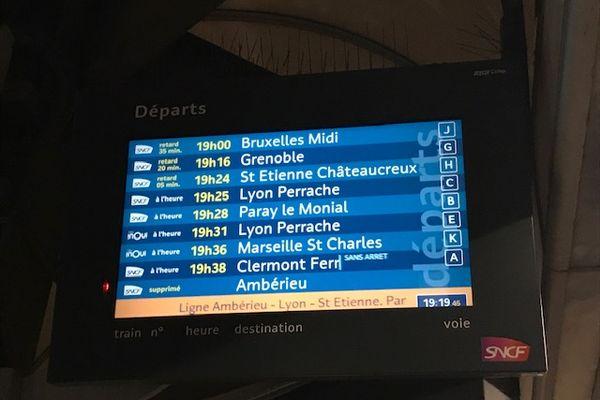 Vendredi soir, des trains ont été supprimés ou avaient du retard à cause de la neige