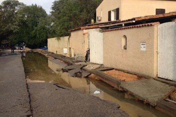 Trottoirs déformés dans un lotissement à Grabels (34) après les violents orages de la nuit du 6 au 7 octobre 2014