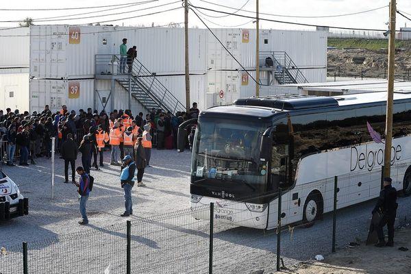 """Les derniers migrants mineurs étaient logés dans les conteneurs du Centre d'accueil provisoire après l'évacuation de la """"Jungle""""."""