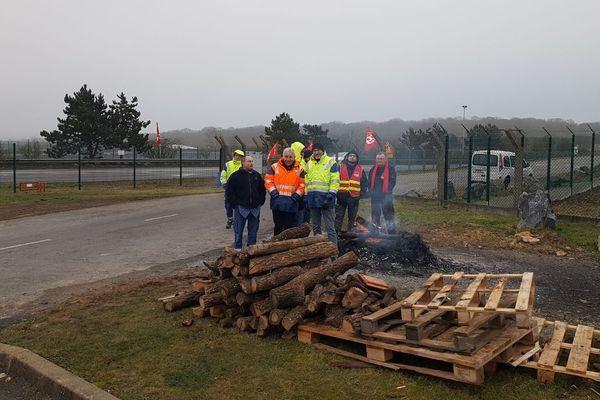 Depuis le 13 janvier, des salariés grévistes de Storengie de Gournay-sur-Aronde dans l'Oise bloquent le site de 6h à 18h.