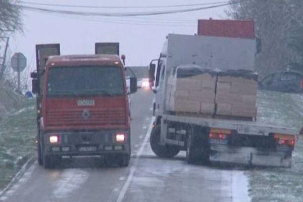 Le verglas rend la route dangereuse...notamment pour les camions