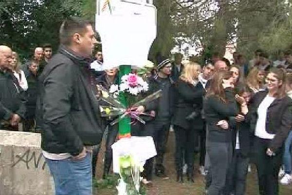 Passa (Pyrénées-Orientales) - le père de Manon prend la parole lors de la marche blanche en hommage à Manon et Thomas décédés dans un accident de scooter - 26 octobre 2015.