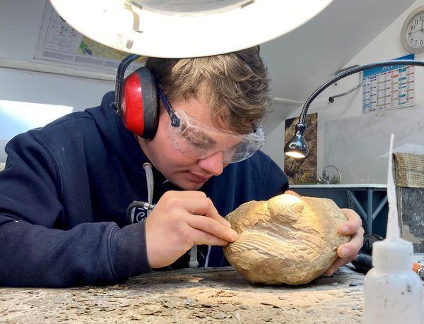 La restauration nécessite un véritable savoir-faire. Dans son atelier à Nancy, François-Xavier assure la préparation et le moulage des fossiles.