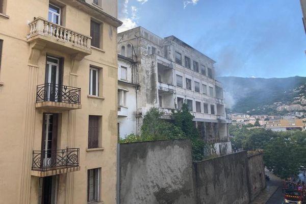 Un feu s'est déclaré à l'ancien hôtel Île de Beauté, à Bastia, ce dimanche 20 septembre.