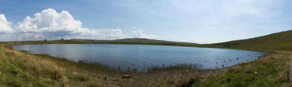 Le lac d'en haut à la Godivelle est parfaitement circulaire.