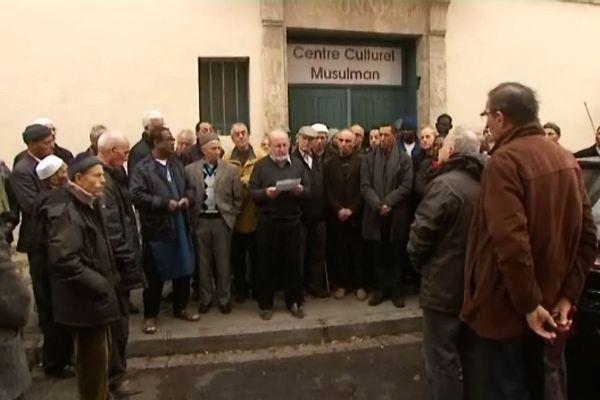 Une trentaine de fidèles se sont rassemblés devant le centre culturel musulman El Fath de Chalon-sur-Saône, vendredi 20 novembre, après la prière.