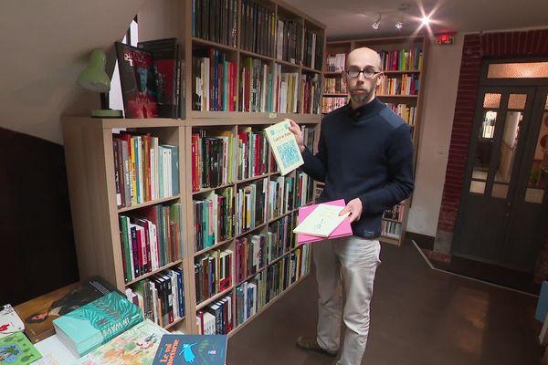 Elias Farès montre ses meilleures ventes, l'auteur Fabcaro dessinateur qui vit en Occitanie.