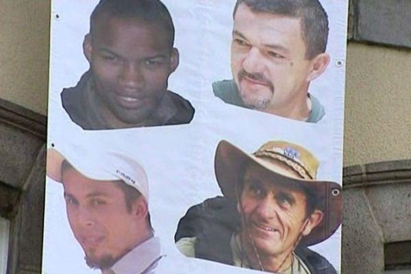 Lundi 20 mai, la commune de Murat (Cantal) a déroulé sur la façade de sa mairie une banderole de soutien aux quatre otages français enlevés au Niger en septembre 2010 par AQMI.