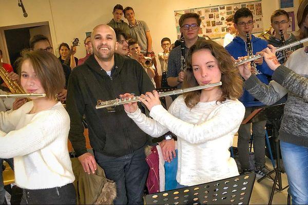 """Zebda avec les élèves du collège de Jonzac participant au concert des 10 ans de l'association """"Orchestre à l'école""""."""