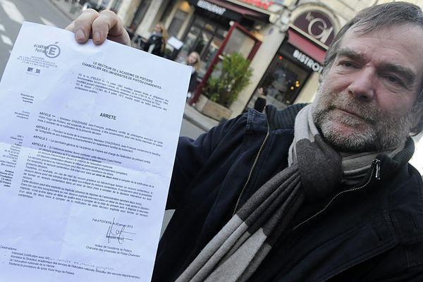 Jean-François Chazerans montrant le courrier du recteur de Poitiers qui lui annonce sa suspension.