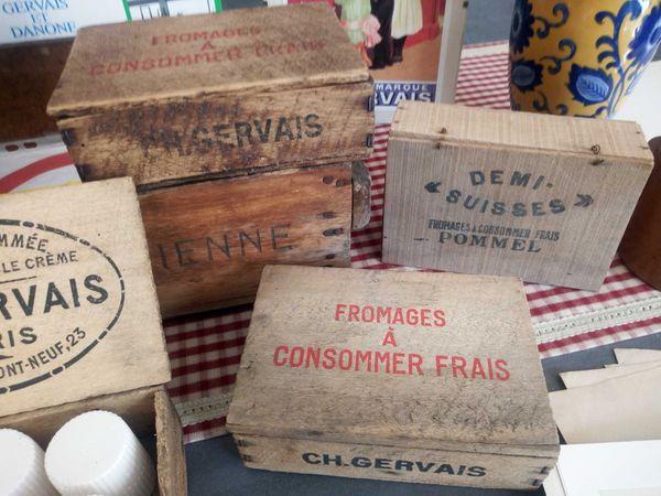 Les boîtes en bois où étaient rangés les petits-suisses au XIXe siècle afin d'être commercialisés