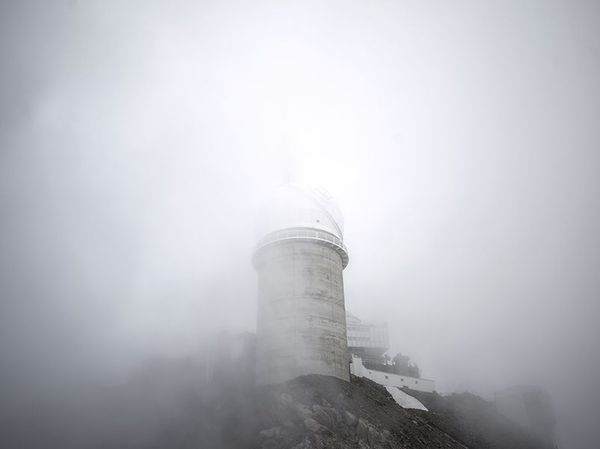 Base scientifique du Pic du Midi de Bigorre dans la brume