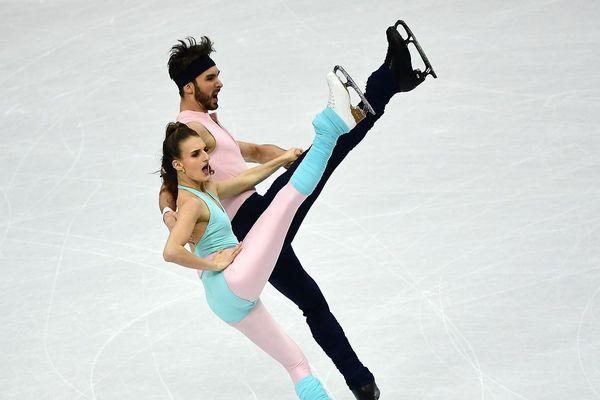 Les patineurs de Clermont-Ferrand Gabriella Papadakis et Guillaume Cizeron sont arrivés de justesse en tête de l'épreuve de danse rythmique, à quelques centièmes de points du duo russe.