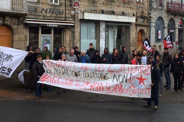 """Un groupe de personnes ont manifesté ce vendredi matin pour soutenir les quatre personnes qui comparaissaient devant le tribunal de Guingamp pour """"entrave à la mise en marche ou la circulation d'un train"""" en 2016 dans le cadre de manifestation contre la loi travail."""