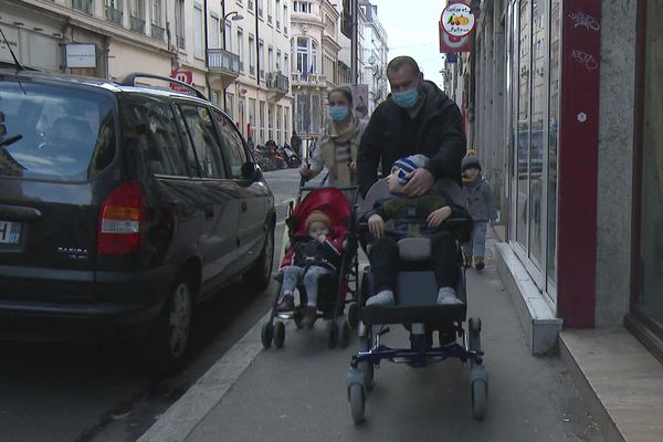 Lyon Une Famille Avec Un Garcon De 6 Ans Polyhandicape Menacee D Expulsion
