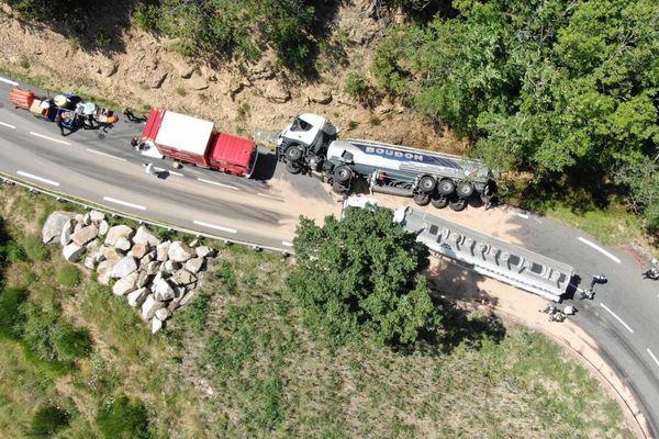 Un poids-lourd transportant du fioul s'est couché sur la chaussée ce mardi 10 août sur la RN.106 sur la commune d'Ispagnac entre Florac et Balsièges, en Lozère. La circulation est coupée dans les deux sens de circulation. Du carburant s'est répandu dans la nature.