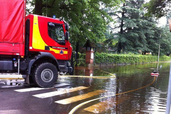 La sécurité civile dans les rues de Salbris pour pomper les routes inondées