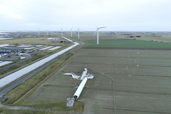 L'éolienne tombée lors de la commune Carmen du 1er janvier 2018, sur le littoral vendéen