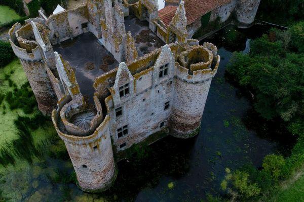 Une campagne est lancée pour la restauration du château de l'Ebaubinay situé dans le nord des Deux-Sèvres.