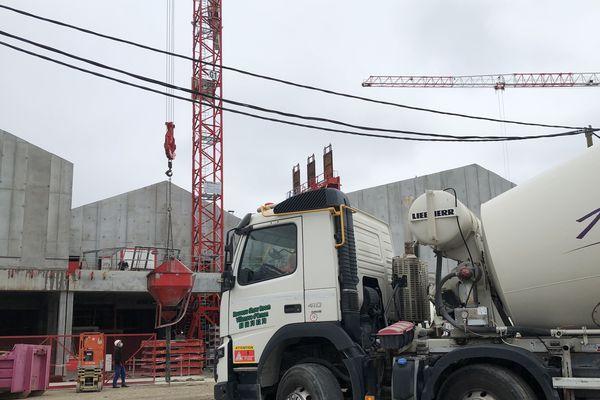 Les chantiers reprennent avec des conditions de sécurité sanitaire particulières en raison de la crise du coronavirus. Chantier Bassin à Flots - Bordeaux, 12 mai 2020 -