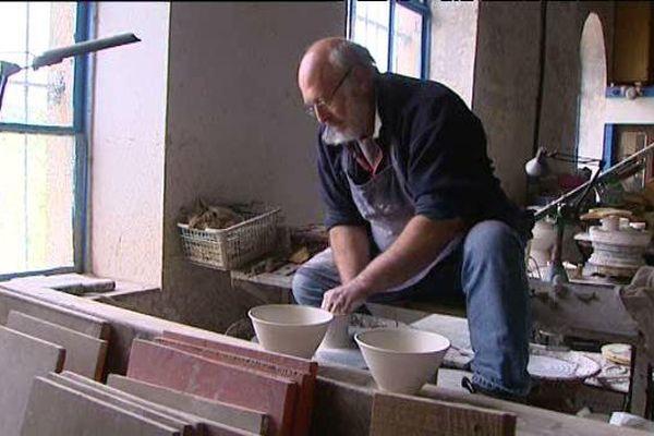 Voilà vingt ans que Jean-Pierre Kohut travaille la poterie dans son atelier.