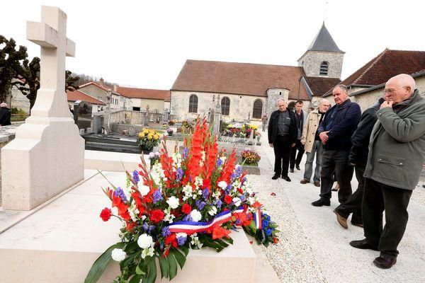 Des visiteurs se pressent près de la tombe du général de Gaulle pour le 45 anniversaire de sa mort, à Colombey-les-Deux-Églises (Haute-Marne), le 9 novembre 2015.