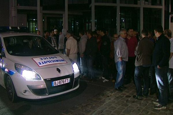 Rassemblement devant le commissariat de Reims, dimanche soir, après l'agression d'une femme musulmane.